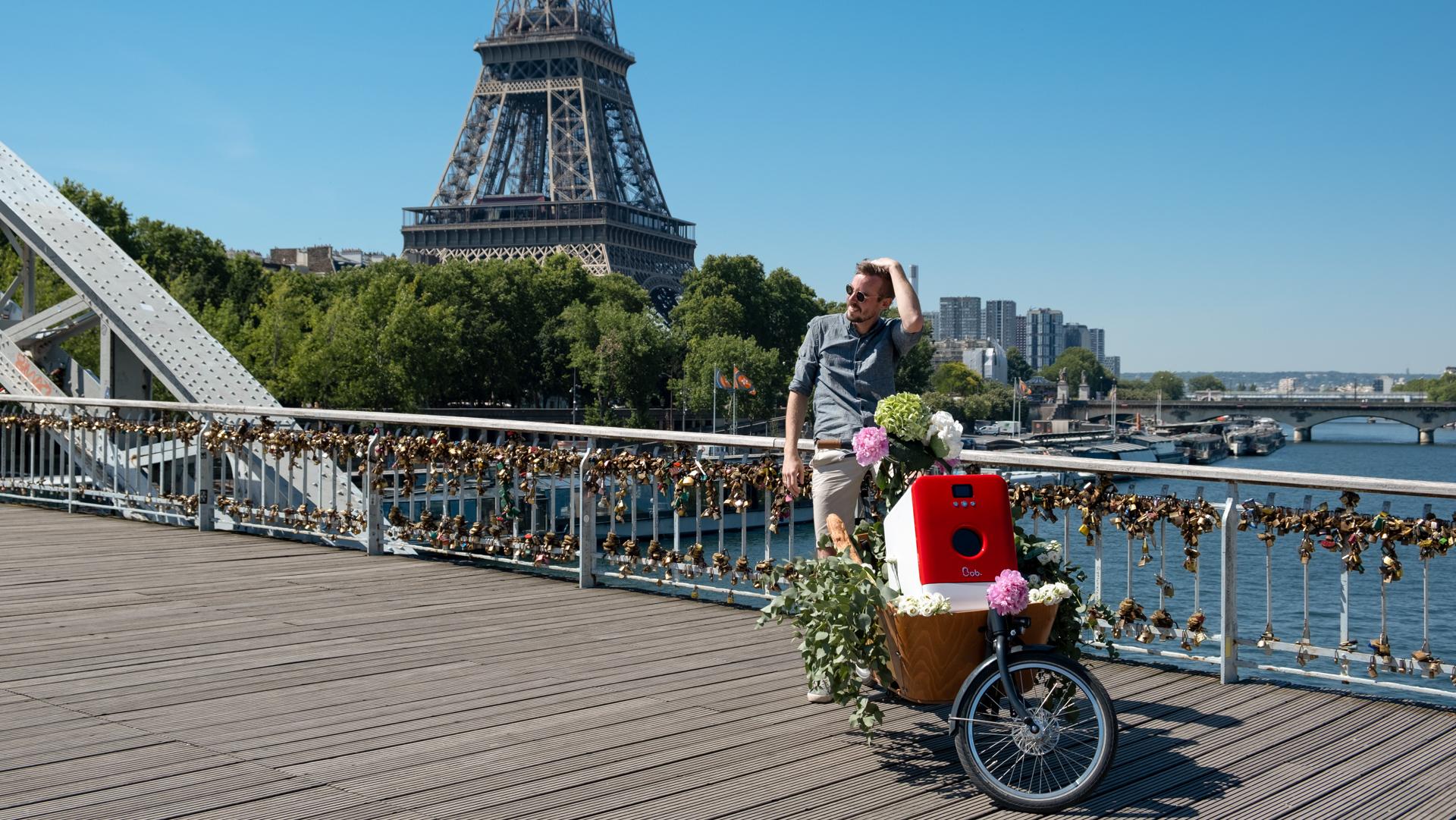 Bob le mini lave vaisselle sur un vélo cargo hollandais à Paris devant la tour Eiffel